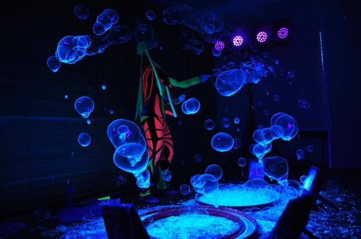 Шоу мыльных пузырей с огнем, дымом и неоном