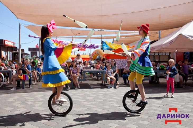 Шоу мильних бульбашок і виступ циркових артистів