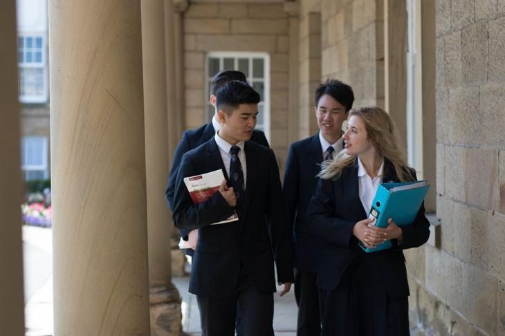 Середня освіта з Ackworth School Великобританія